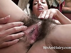 Софи Мур ваҡыт талап итә һәм расчесывать киску район буйлап өҫтөндә ята